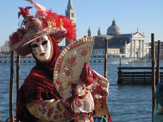 El #carnaval de #Venecia es probablemente el más antiguo del mundo, ya que existen documentos que atestiguan su celebración desde el siglo XI. Alcanzó su máximo apogeo en el siglo XVIII, época en la que acudían a la festividad nobles y aristócratas llegados de toda Europa. #carnival
