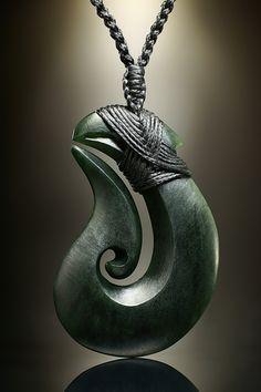 #Maori Symbol #Schmuck Anhänger Matau, handgefertigt aus dunkelgrüner #Neuseeland Jade.