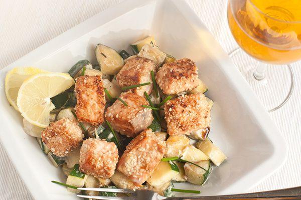 Это необычное блюдо можно готовить не только из филе лососевых (семги, форели, лосося), но и из другой крупной рыбы без мелких костей. Получается полноценное, легкое и питательное блюдо сразу с гарниром. Идеально для позднего ужина!