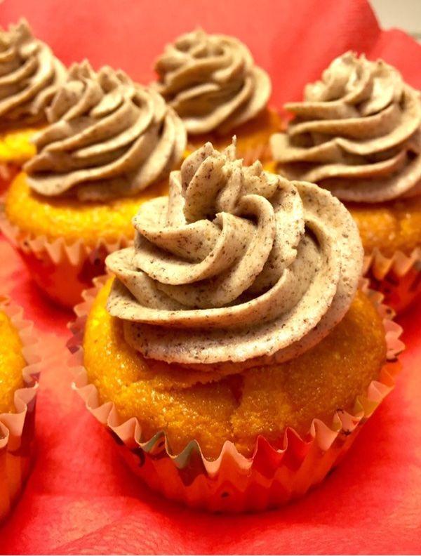 Här kommer jag med ytterligare en julig variant på cupcakesSaffransmuffins med pepparkaksfrosting !Kan man komma närmre julensmakerna än denna kombinationen.?!Saffran och pepparkaker, det skriker…