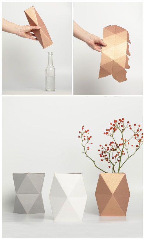 De Snug Vase is een geometrisch kartonnen vaasje dat je over een lege fles, blikje of glas zet en zo...