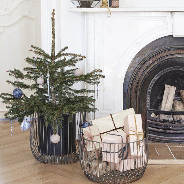 L'ambiance hivernale des fêtes de fin d'année consiste à transformer son intérieur en lieu de vie cosy plein de charme où le bois, les matières douillettes et la douce odeur du sapin priment sur le reste. Simplement posé sur un meuble ou dans un joli cache-pot, comme un accessoire déco, ce mini sapin de Noël se déplace au gré des envies pour une décoration de fête astucieuse !