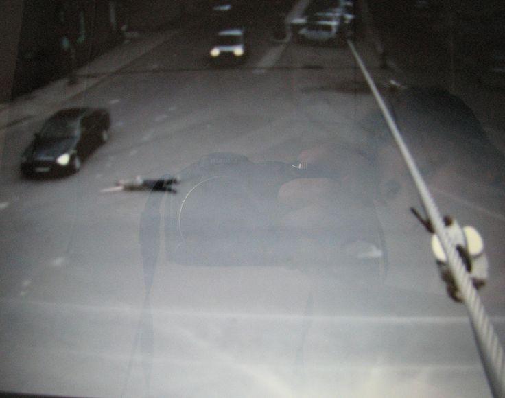 VIDEO: A adormit in mijlocul unei intersectii si a fost ocolit de masini