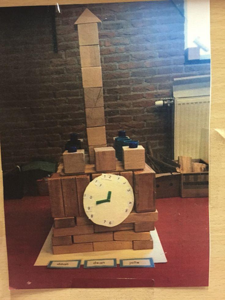 Een klokkentoren in de bouwhoek