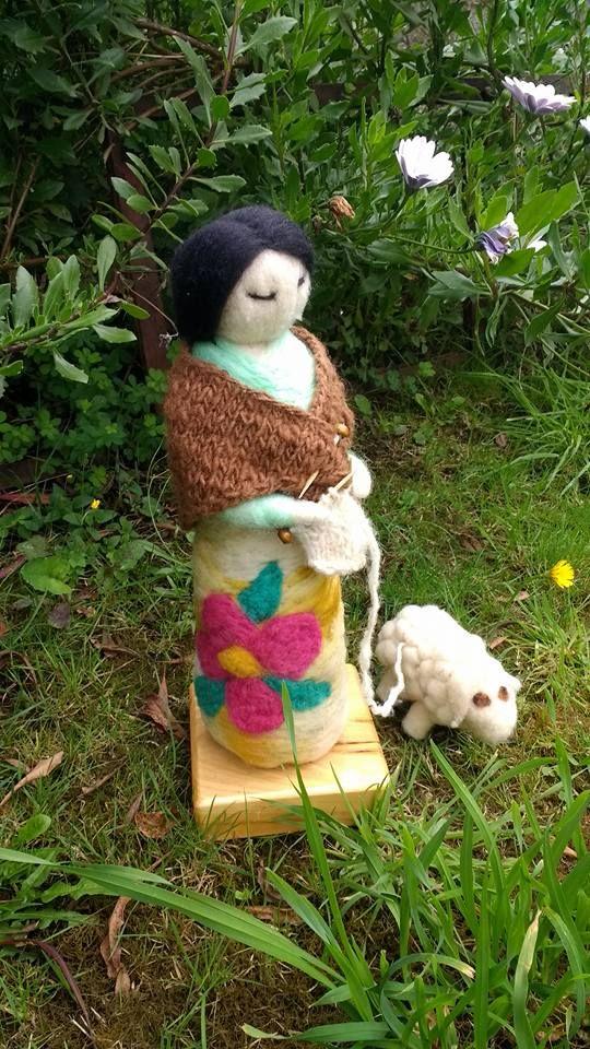 Mujer chilota tejiendo, en vellon agujado, creada por Vellonas Chilhué