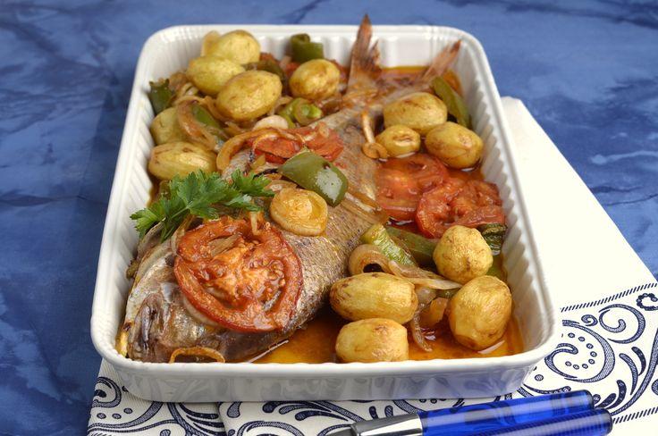 Receita de Peixe no forno à portuguesa. Descubra como cozinhar Peixe no forno à portuguesa de maneira prática e deliciosa com a Teleculinaria!