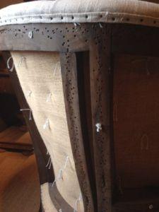 Klädda knappar och naturbeige linneblanding Vi är helt förälskad i halvrenoverade stoppade möbler! Ingenting kombinerar komfort och stil bättre än denna öppna linne vinge fåtölj med knapp detaljer.   Och ja du kan klä om den och göra om den den dagen du känner för det - det är ett helt underbart hantverk i denna!