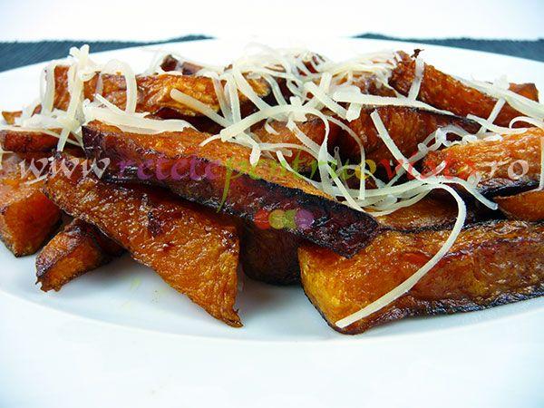 Garnitura de dovleac pane se poate servi cu orice tip de carne fripta sau prajita dar si fara carne, cu cascaval ras pe deasupra.