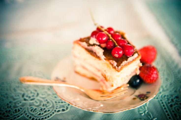 gebaksbordje met stukje taart met fruit, aankleding tafel, lace, cakeplate, wedding, gold, vintage, blue, fruit, photo by: Nickiefotografie