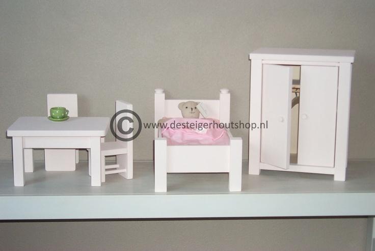 Poppenmeubelen, leg- of hangkast, bed, tafel met twee stoelen.