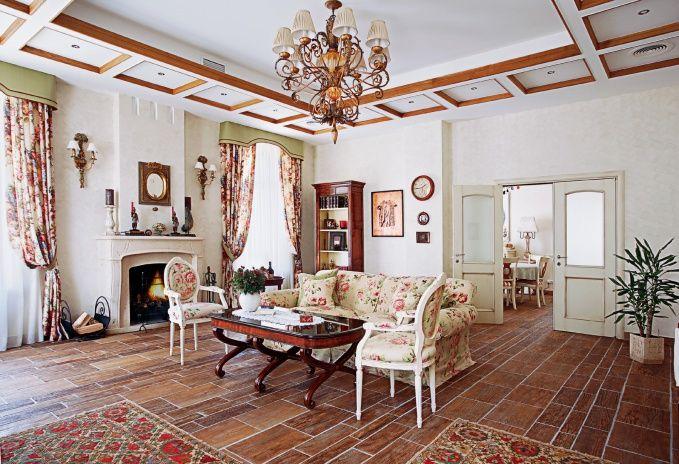 В интерьере гостиной главную роль играют детали: антикварные декоративные элементы, гравюры и старинные лампы.