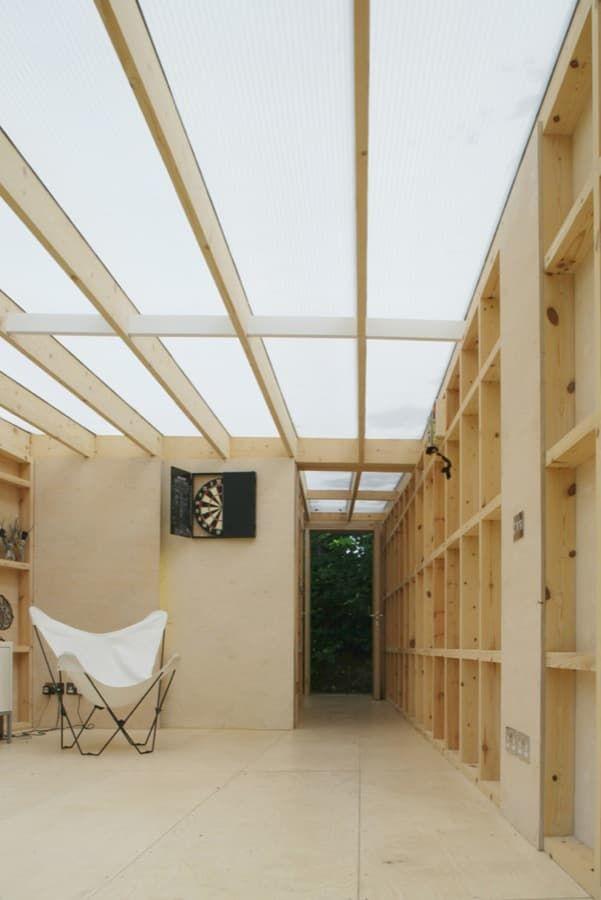 Construcción ligera de madera, ubicada en un jardín, para usarse como estudio de un artista. Tiene toda la cubierta de policarbonato, y un lateral de espejo.