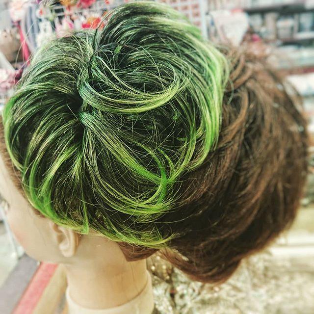 ビリーアイリッシュチックな緑シュシュタイプのヘアピースを引っ掛けて