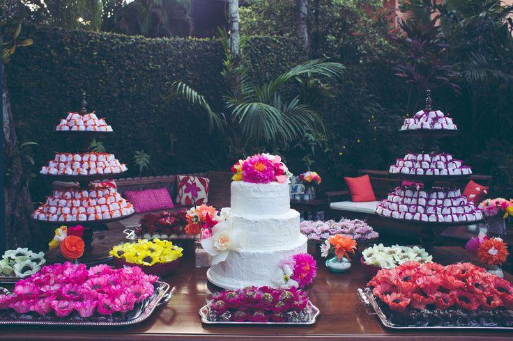 """""""o bolo no jardim"""", casamento com flores de papel #decoraçãodecasamento #weddingdecor #floresdepapel #mesadedoces #casamentonojardim #DIY"""