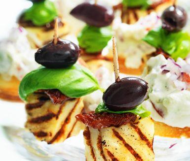 Recept: Halloumispett med tomater och oliver