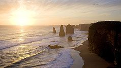 The famous 12 Apostles, magnificent rock stacks that rise up from the Southern Ocean on Victoria's dramatic coastline. (250 km van Melbourne)
