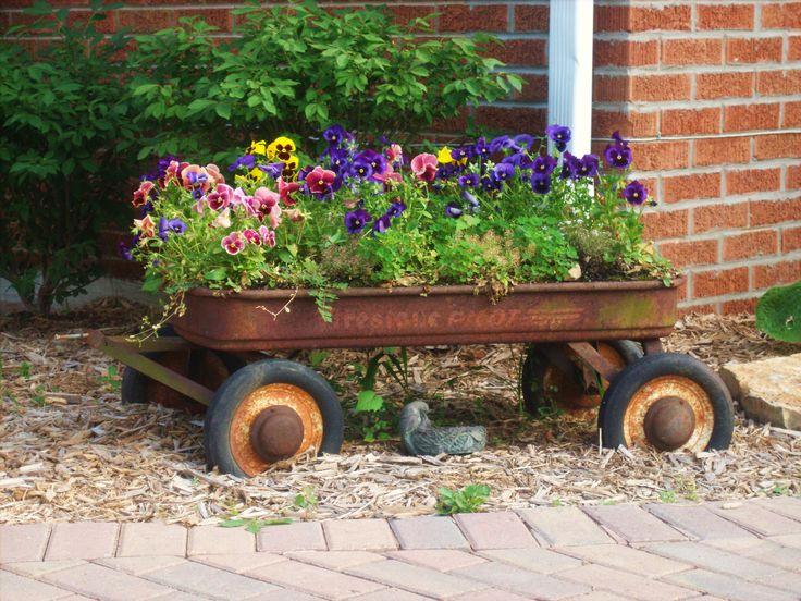 Everyone needs a runsty old wagon ~ sweet!