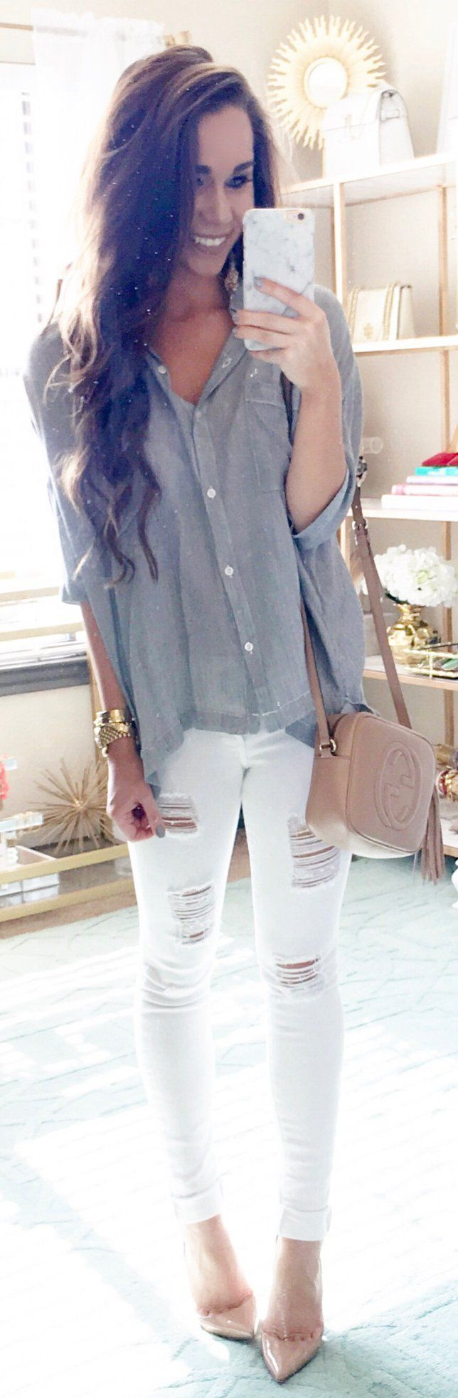 Grey Shirt / White Ripped Skinny Jeans / Beige Pumps / Beige Leather Shoulder Bag