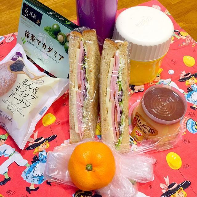 今日も午前授業、朝食用のサンドイッチとおやつのお弁当を持たせました。 - 13件のもぐもぐ - ハムチーズレタスオニオンサンドイッチ(⊹^◡^)ノo.♡゚。*おやつ色々! by mframboise