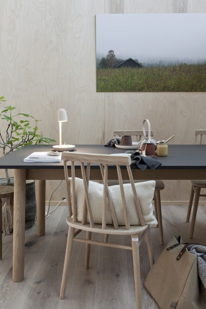 Vi ønsket oss As Long As You Like. Og det gikk jo helt smertefritt. Tirsdag kveld kom designerne Sverre Uhnger og Thomas Jenskins og monterte bordet i vårt pusterom. Utrolig hyggelig gjort. Satt sammen med stoler fra Ygg & Lyng – veldig koselig.