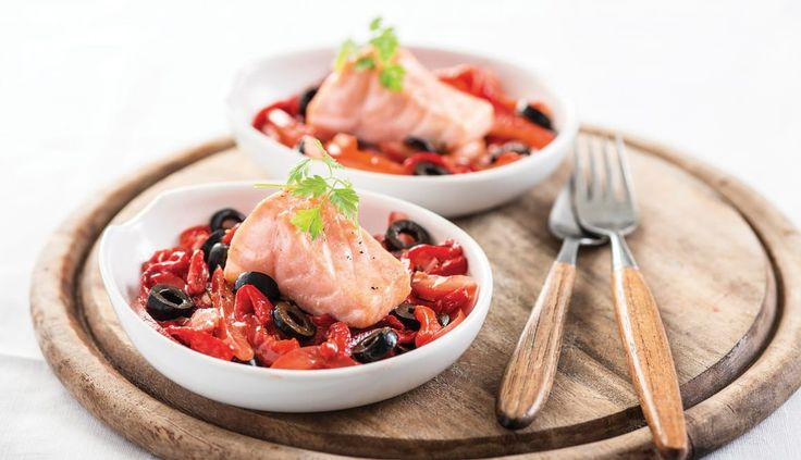 Tapa de Salmon Noruego fresco sobre ensalada de pimiento rojo