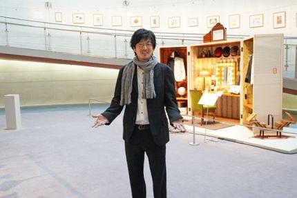 小林賢太郎氏、右は実際に使用された衣装等を展示する楽屋