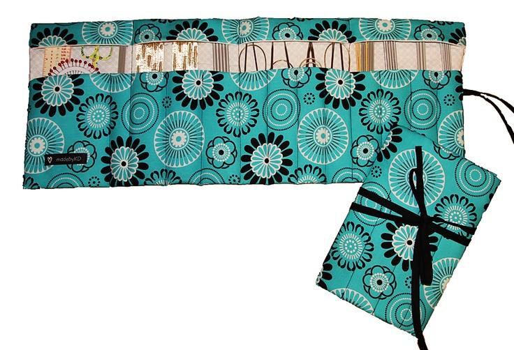 Knitting Needle Case. Free pattern: http://www.pickles.no/strikkepinneetui/