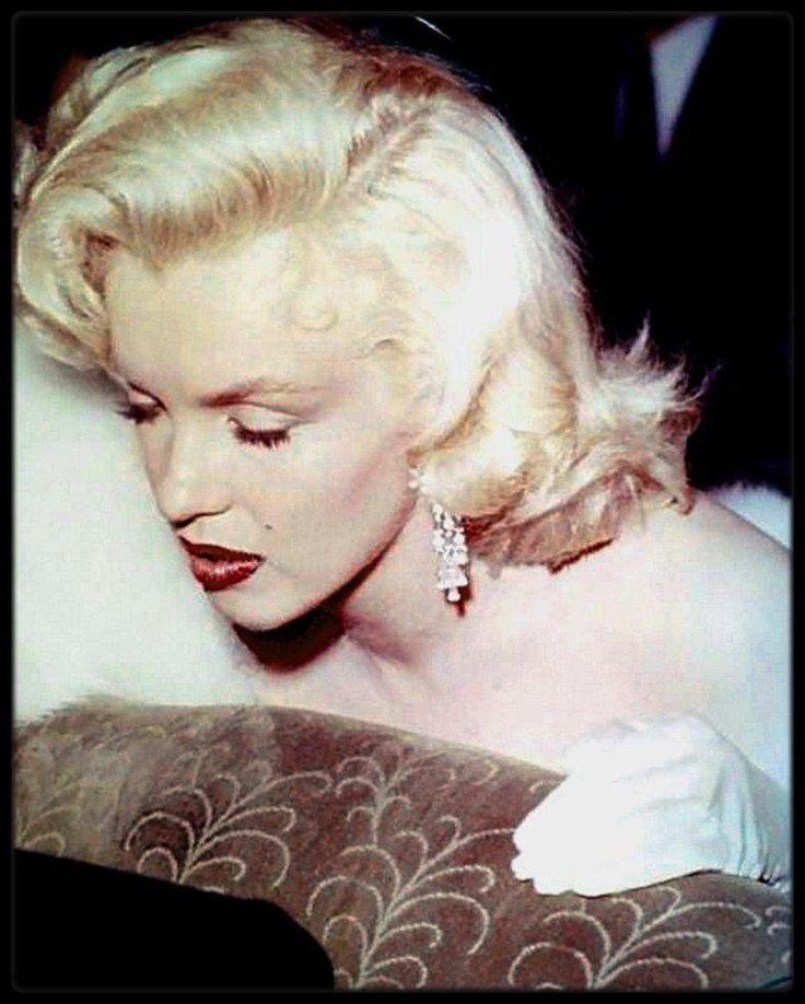 """4 Novembre 1953 / (PART IV) Première du film """"How to marry a millionaire"""" au """"Fox Wilshire Theater"""" ; Marilyn, Lauren BACALL et son mari Humphrey BOGART, Nunnally JOHNSON se rendent au théâtre assister à la Première du film, précédant un cocktail chez Nunnally JOHNSON avant de terminer la soirée, après la projection du film, chez le réalisateur Jean NEGULESCO."""
