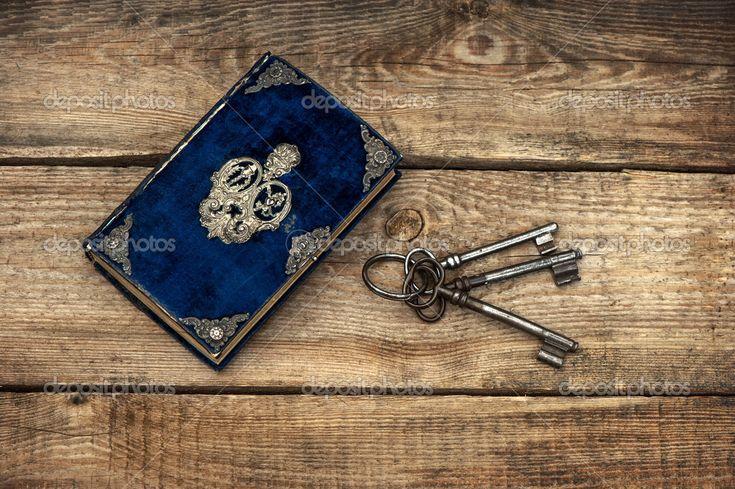 Антикварные книги и старые ключи — стоковое изображение #31265239