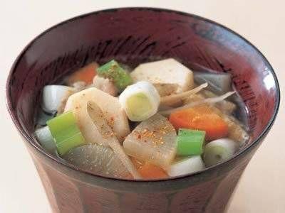 清水 信子さんの豚バラ肉を使った「豚汁」のレシピページです。からだが芯からあったまる汁物はごちそう。この季節においしい素材をどっさり入れて、具だくさんに。 材料: 豚バラ肉、大根、にんじん、ごぼう、里芋、こんにゃく、油揚げ、ねぎ、だし、昆布、みそ、七味とうがらし、塩、サラダ油