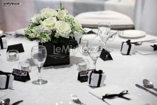 http://www.lemienozze.it/gallerie/foto-fiori-e-allestimenti-matrimonio/img4931.html  Elegante centrotavola di rose bianche per i fiori per il matrimonio