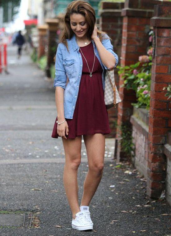 Бордовое платье, светло-голубая джинсовка, комплект - кулон на цепочке в виде сердца и браслет, сумка с узором в клеточку, белые кеды.