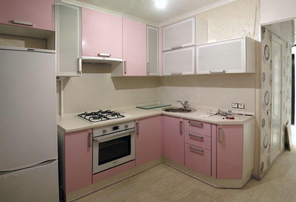 Кухня - хрущевка с холодильником у окна