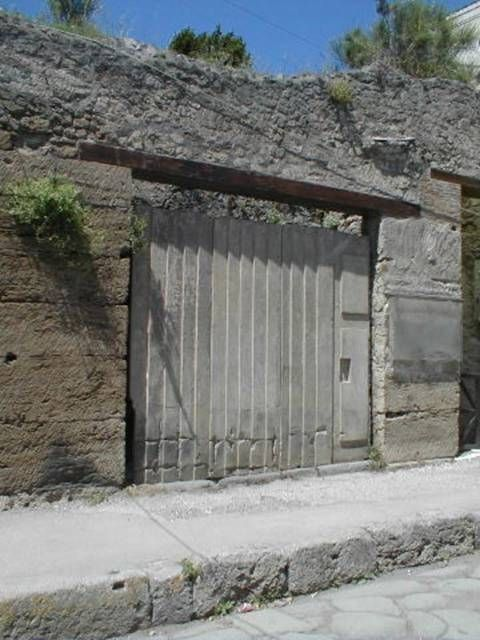 IX.7.10 Pompeii. September 2004. Entrance doorway with ...