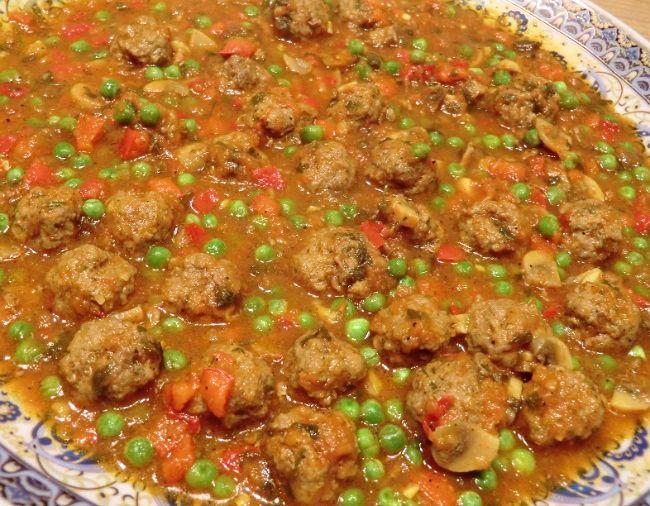 Marokkaanse gehaktballetjes in een saus van verse tomaat, paprika, champignons en doperwtjes. Je eet het met Marokkaans brood, maar je kunt er ook rijst bij serveren als je dat liever hebt.