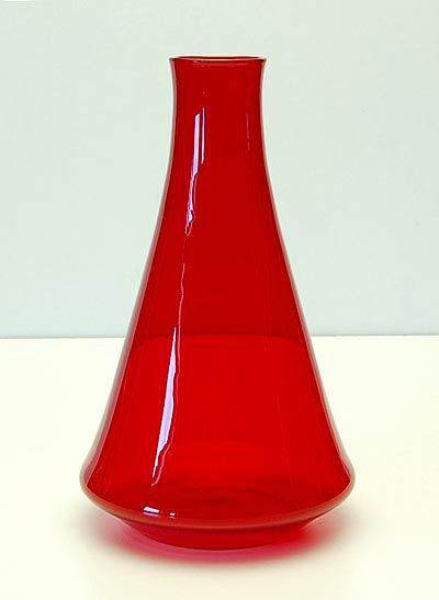 """Robijnrode vaas uit de """"Industriële serie"""", ontwerp A.D.Copier 1961 (kleinste van de 3 maten), uitvoering Leerdam / Holland"""