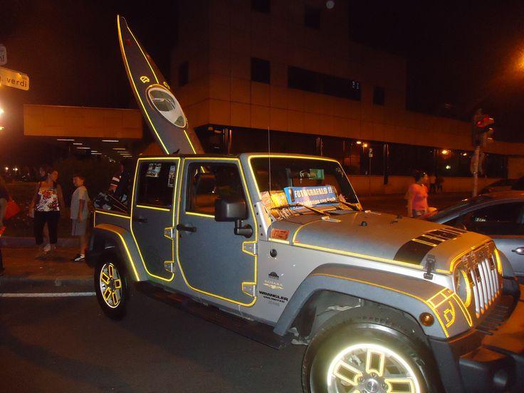 kayak e jeep wrangler in jeans