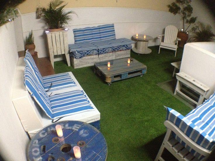 rincon chill out con muebles de palets bobinas y otros con cesped artificial