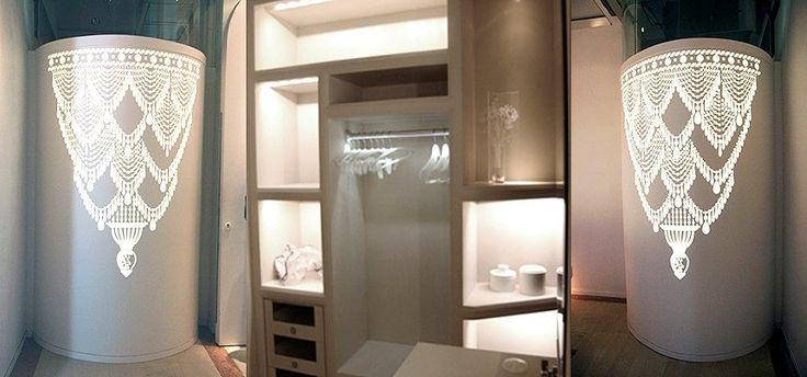 Tabique de ducha circular reatroiluminado y armario con iluminación interior.