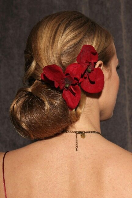 Spaanse knot met bloem. Klassiek en elegant. Kapsel gemaakt door Jolande Goverde, La Pape-illot, Voorburg