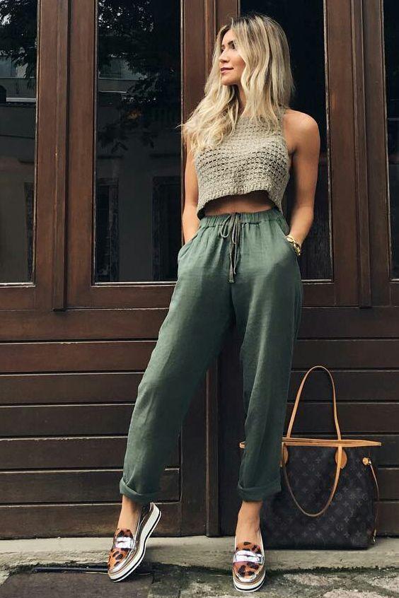 Top cropped de tricô, calça jogging verde militar, flatform de animal print
