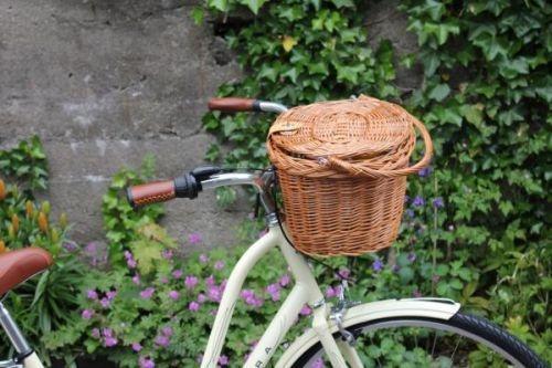 Klassisk bastkurv til å ha foran på sykkelstyret eller bak på sykkelen. Med lokk av bast og håndtak.Kroker til å feste kurven til sykkelstyre eller bagasjebærer er inkludert.Størrelse 37*27*22cm