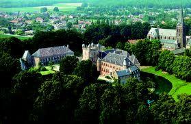 Kasteel Huis Bergh is een van de grootste kastelen van Nederland uit de 13e eeuw. 1912: Jan Herman van Heek verwierf een kasteel met bijbehorende bezittingen van Wilhelm August. Er lagen veel middeleeuwse kunstwerken in het kasteel. Je kan het kasteel ook bezoeken in Montferland. Je kan o.a. Italiaanse schilderijen, middeleeuwse handschriften en belangrijke werken uit de Duitse kunst uit de 16e eeuw. Ook zijn er in de torens wapen en muntenkamers.