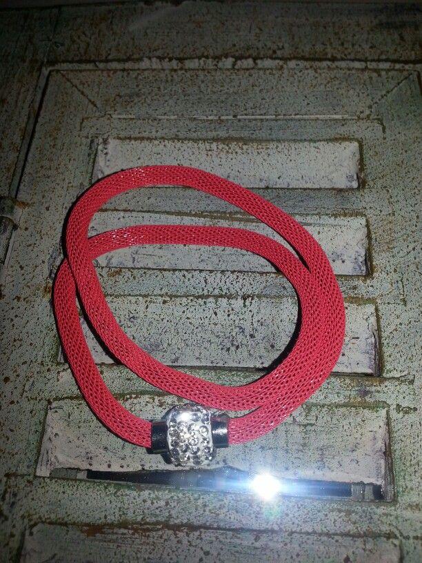 Braccialetto colore rosso doppio giro con chiusura a calamita in strass