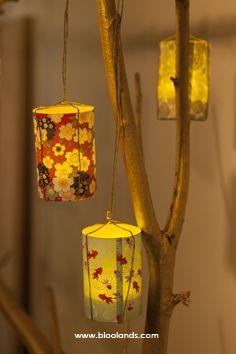 Des photophores de papier japonais suspendus à une branche... facile de créer un décor chaleureux :)