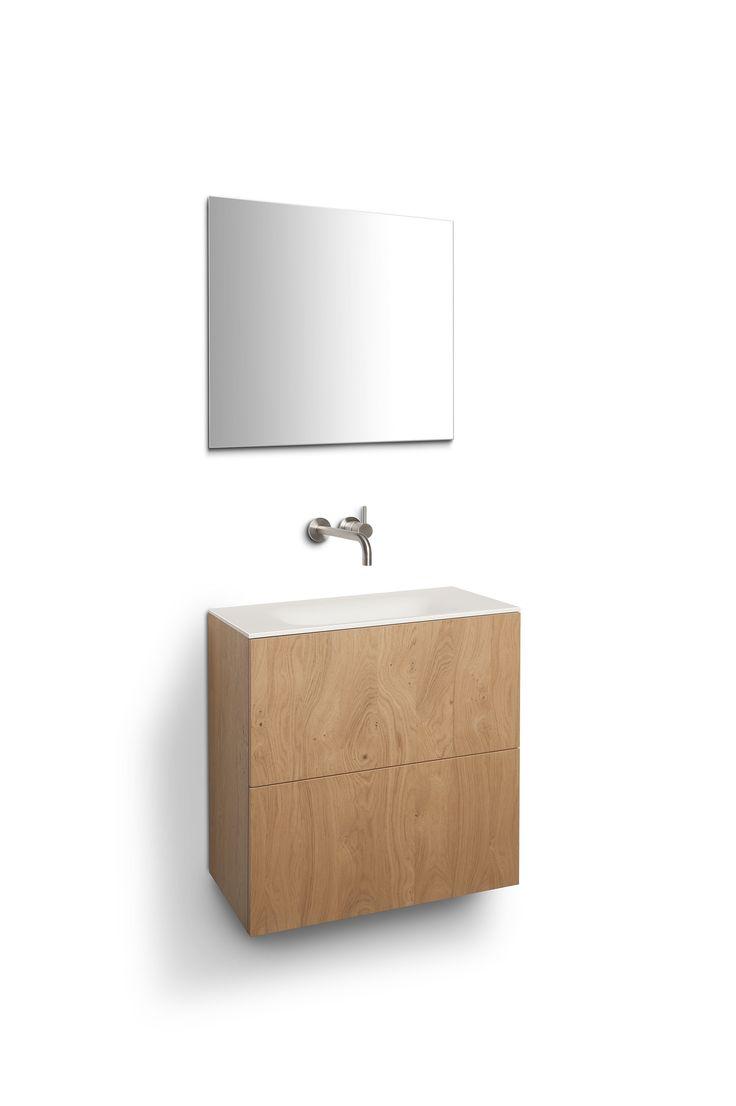 Eikenhouten badkamermeubel in combinatie met Corian wastafel by Tiz Design.