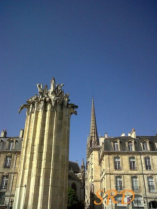 Une colonne dans la ville.