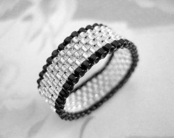 Einen schönen Peyote Ring! Hergestellt aus japanische Delica Perlen in Orange und blau.  Es ist sehr angenehm zu tragen und leichtgewichtigen.  Der Ring ist 3/8(1,1cm) Breite und Größe 8 (56-57).  Für andere Größen und Farben wenden Sie sich bitte an mich wenden.  Schauen Sie sich meine anderen Perlen Ringe in vielen verschiedenen Farben, Stile und Designs: http://www.etsy.com/shop/MadeByKatarina?section_id=5864177   Danke, dass Sie auf der Suche und einen schönen Tag