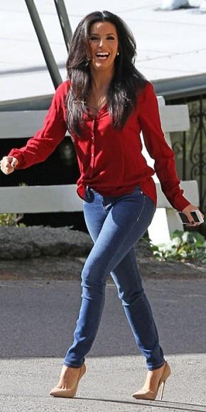 EVA LONGORIA    La actriz, quien se encuentra actualmente filmando la película Frontera, nos demuestra que una también puede sobresalir con un look casual. Aquí la vemos caminando por las calles de Santa Mónica, California, luciendo una camisa roja de mangas largas, skinny jeans y pumps color piel.