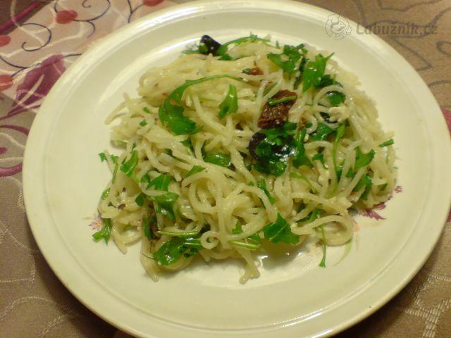 Špagety s fetou, sušenými rajčátky, olivami a rukolou